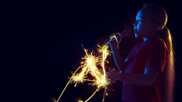 Kaukasisch meisje portret geïsoleerd op donker in neonlicht