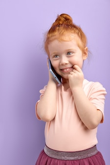 Kaukasisch meisje praten over telefoon binnenshuis
