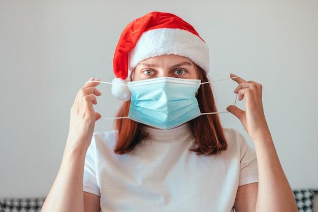 Kaukasisch meisje zet medisch masker op haar gezicht terwijl ze in quarantaine zit