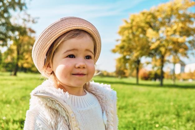 Kaukasisch meisjeskind dat in een de zomerpark loopt.