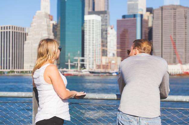 Kaukasisch paar dat new york in de zomer bezoekt