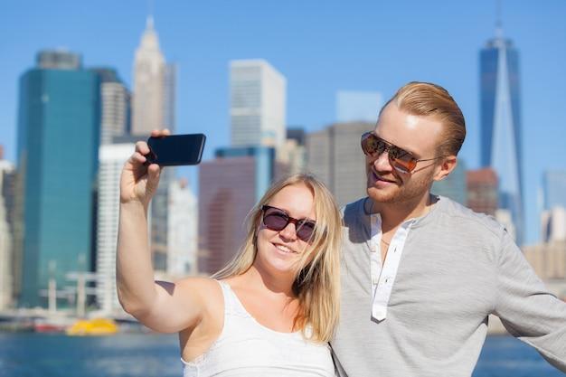 Kaukasisch paar dat selfie in new york neemt