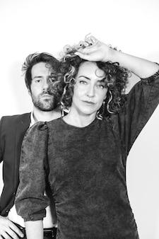 Kaukasisch paar in zwart-wit mode-shoot op valentijnsdag, verleidelijke blikken op camera