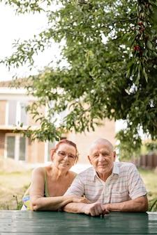 Kaukasisch paar stille generatie in de 80. gelukkig senior gezonde man en vrouw