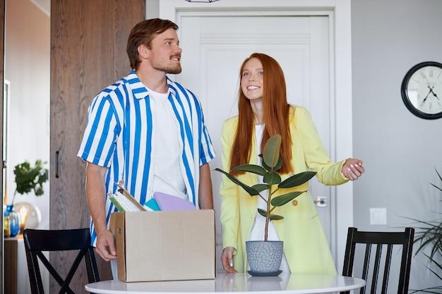 Kaukasisch paar verhuizen naar nieuw appartement