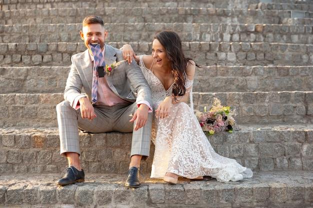 Kaukasisch romantisch jong koppel dat huwelijk in stad viert.