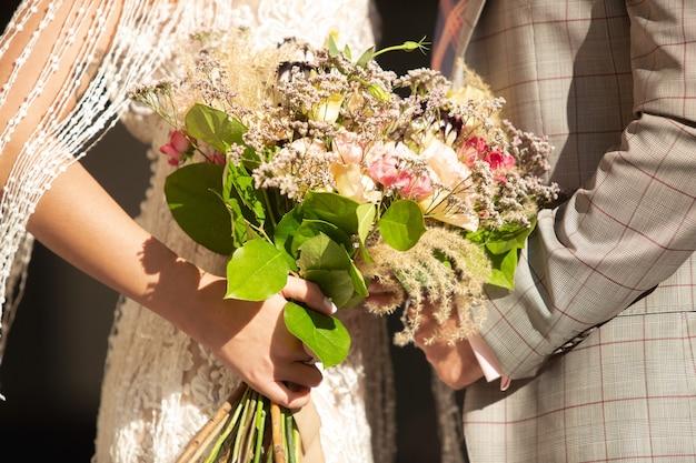 Kaukasisch romantisch jong stel dat hun huwelijk in stad viert.