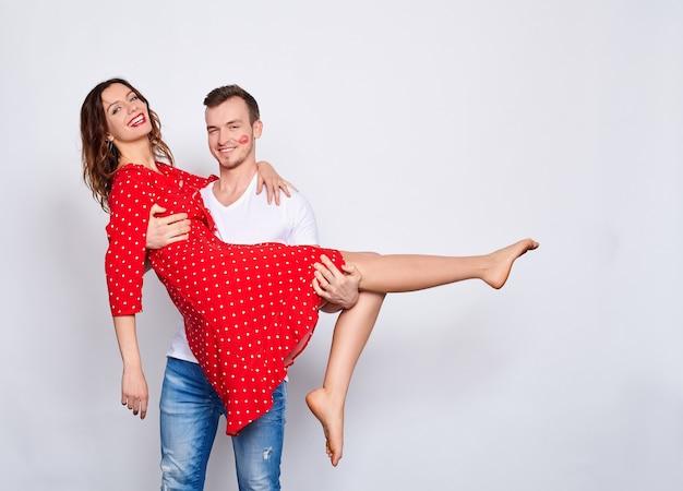 Kaukasisch stel, hij en zij, in elegante kleren aan het lijmen en dansen