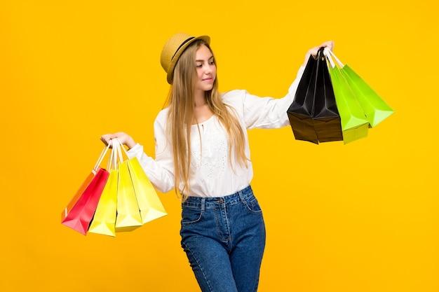 Kaukasisch tienermeisje met boodschappentassen