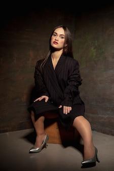 Kaukasisch vrouwelijk inclusief model poseren op studio