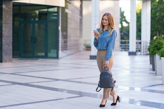 Kaukasische bedrijfsvrouw die telefonisch spreekt. taille portret van een succesvolle europese vrouw, pratend aan de telefoon,