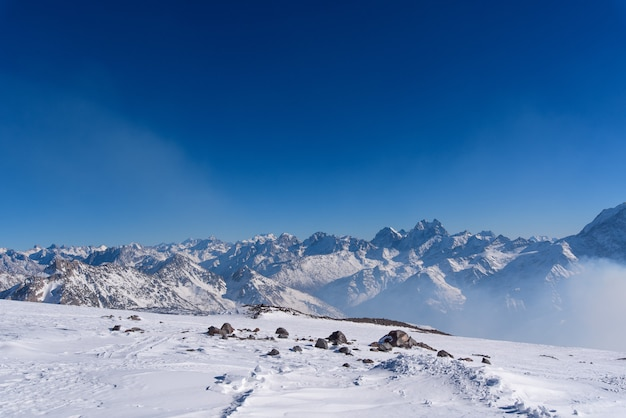 Kaukasische bergen in het elbrus-gebied. gedeeltelijk bedekt met sneeuw. winter berglandschap