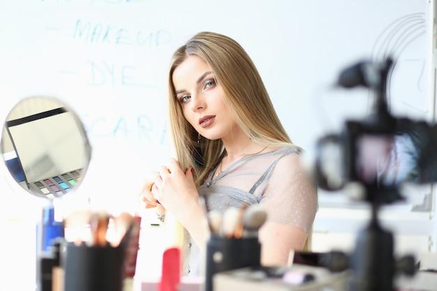 Kaukasische blogger broadcast beauty video blog