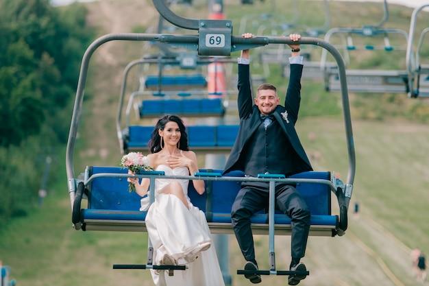 Kaukasische bruidspaar kabelbaan rijden