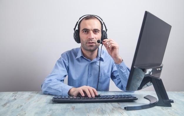 Kaukasische callcenterexploitant op het werk. klantenservice