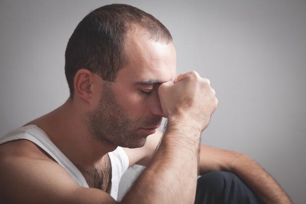 Kaukasische depressieve man thuis. mentale gezondheid