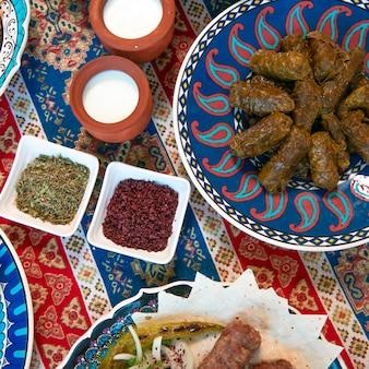 Kaukasische dolma geserveerd met yoghurt en kruiden