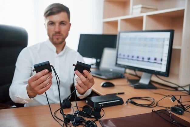 Kaukasische etniciteit. polygraaf-examinator werkt op kantoor met de apparatuur van zijn leugendetector