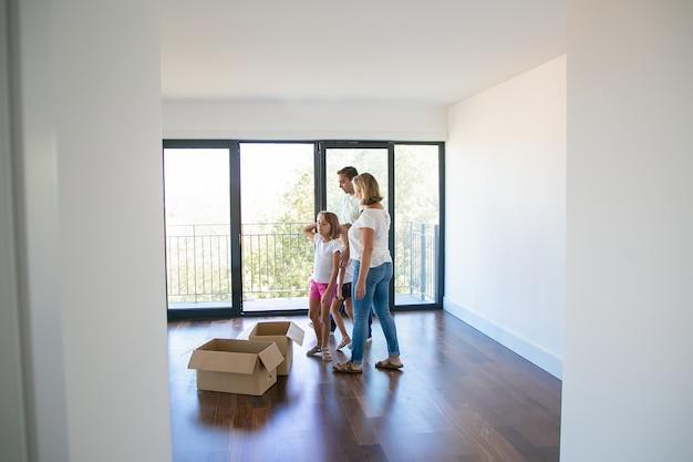 Kaukasische familie kijken naar nieuw appartement of huis