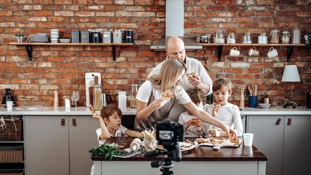 Kaukasische familie zendt hun vrijetijdsbesteding en huiselijke levensstijl uit op tv. moderne tv-show van drie kleine jongens en hun ouders.