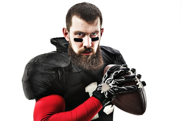 Kaukasische fitness man als american football speler met een bal op witte achtergrond