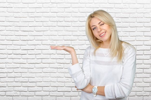 Kaukasische geïsoleerde blonde vrouw die met haar handen voorstelt