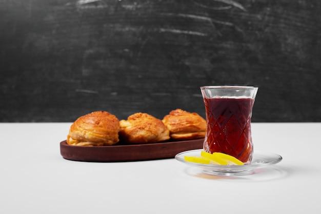 Kaukasische gogal met een glas thee op wit.