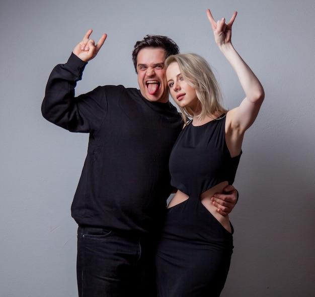 Kaukasische heteroseksuele man en vrouw in zwarte kleding op witte achtergrond