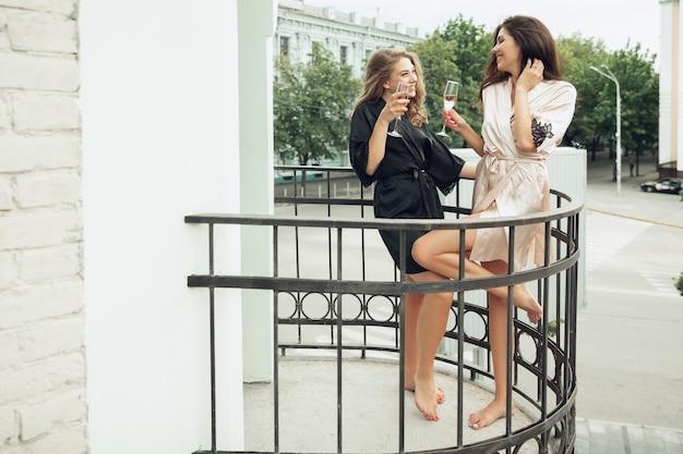 Kaukasische jonge en gelukkige vrienden, meisjes genieten van een weekend
