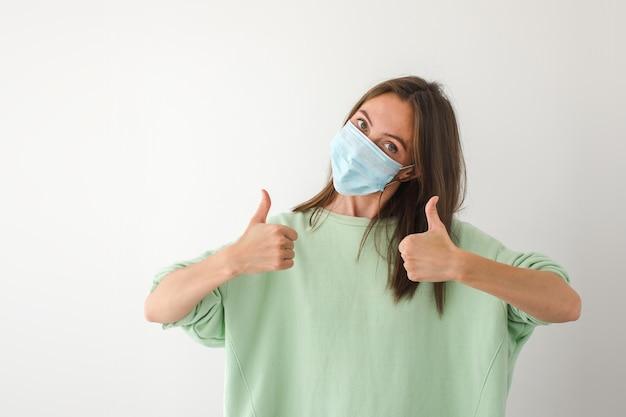 Kaukasische jonge vrouw met wegwerp gezichtsmasker