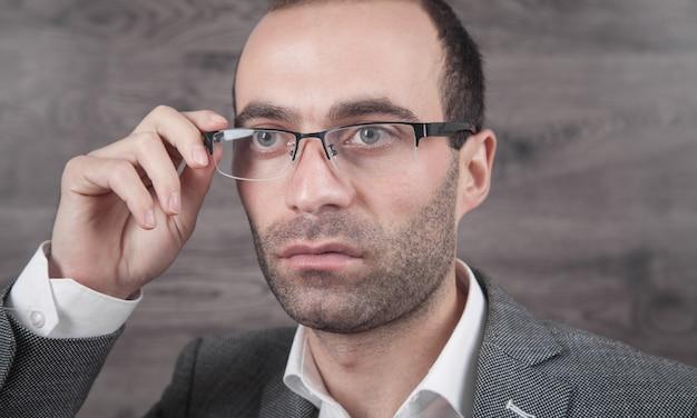 Kaukasische jonge zakenman die oogglazen draagt.