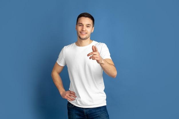 Kaukasische jongeman portret op blauwe muur