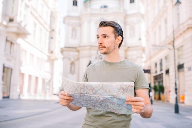 Kaukasische jongen die kaart van europese stad bekijkt.