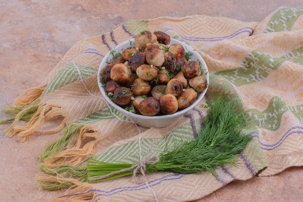 Kaukasische khinkal vullingen gebakken en geserveerd met gehakte kruiden.