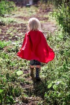 Kaukasische kinderen superheld en play shoot