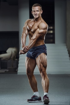 Kaukasische macht atletische man opleiding oppompen been quadriceps spieren
