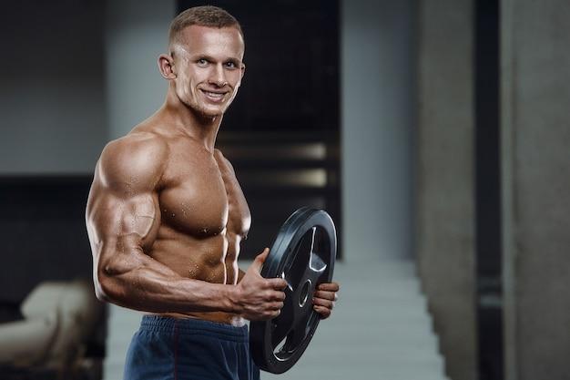 Kaukasische macht atletische man training oppompen van biceps spieren