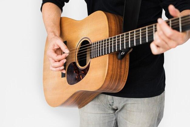 Kaukasische man gitaar close-up spelen