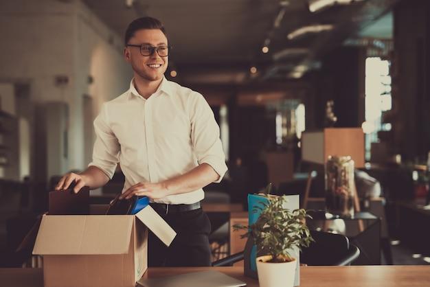 Kaukasische manager verlaten werkplaats met een office box.