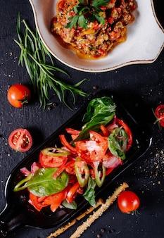 Kaukasische mangalsalade met de mengeling van tomatenorego.