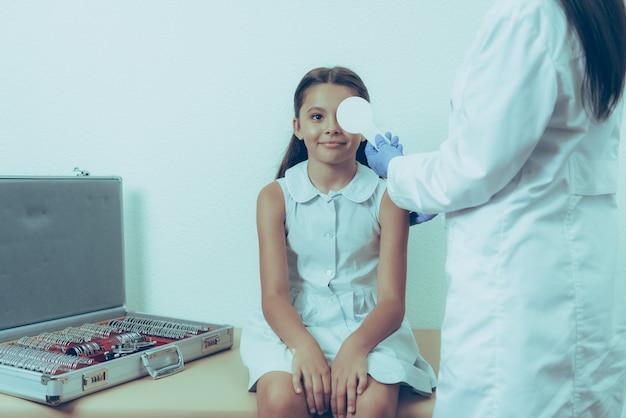 Kaukasische meisje bij de receptie op vrouwelijke arts