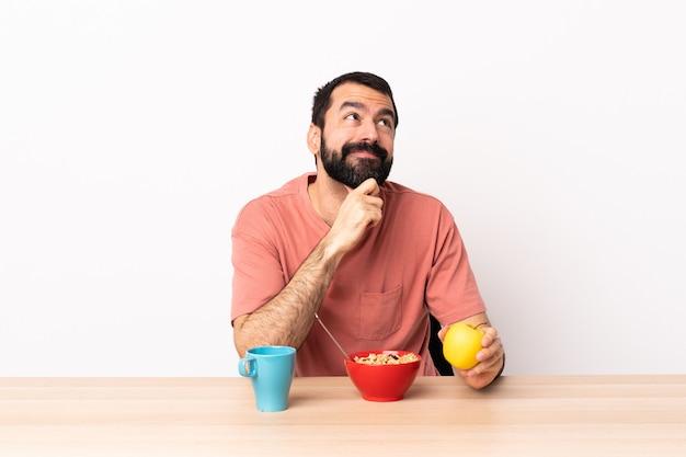Kaukasische mens die ontbijt in een lijst heeft en omhoog kijkt