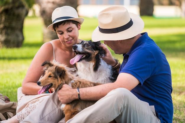 Kaukasische mensen familie concept met honden
