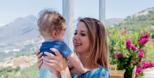 Kaukasische moeder met een kind heeft een vakantie op kreta
