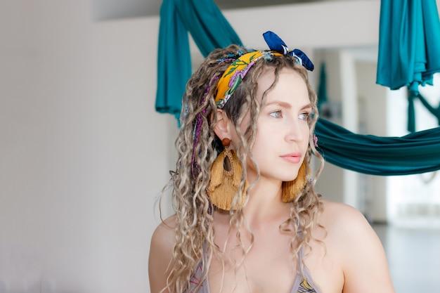 Kaukasische mooie vrouw met dreadlocks