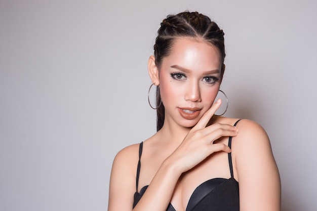 Kaukasische mooie vrouw met schone huid voor huidverzorging