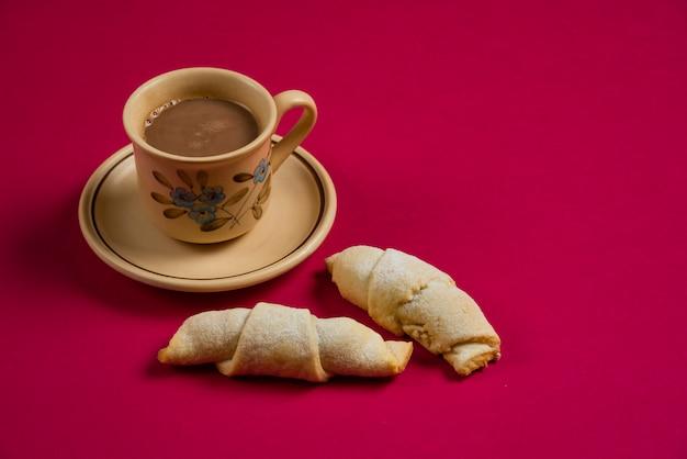 Kaukasische mutaki met een kop warme chocolademelk