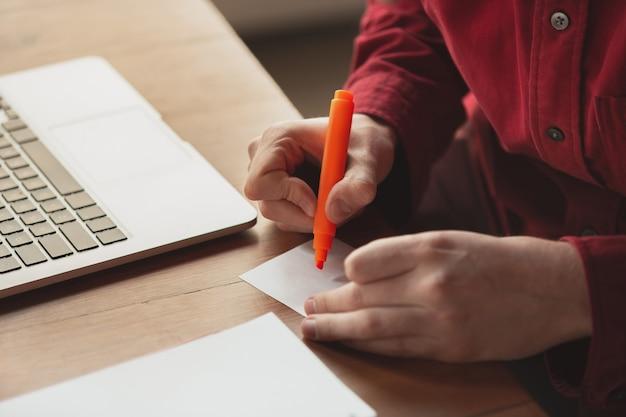 Kaukasische ondernemer, zakenman, manager die op kantoor werkt, close-up. aantekeningen maken, verslag schrijven of taken uitvoeren. concept van werk, financiën, zaken, succes en leiderschap. deadline, schiet op.