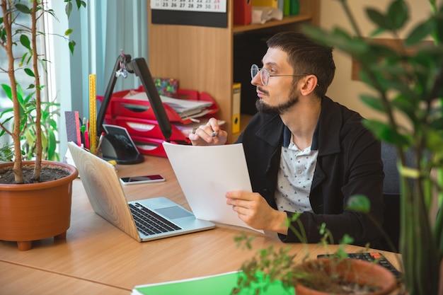 Kaukasische ondernemer, zakenman, manager werken geconcentreerd in kantoor, succesvol