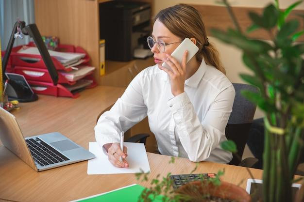 Kaukasische ondernemer, zakenvrouw, manager werken geconcentreerd in kantoor, succesvol